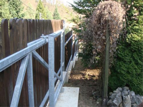 kovovy-plot-s-drevenou-vyplni-levne